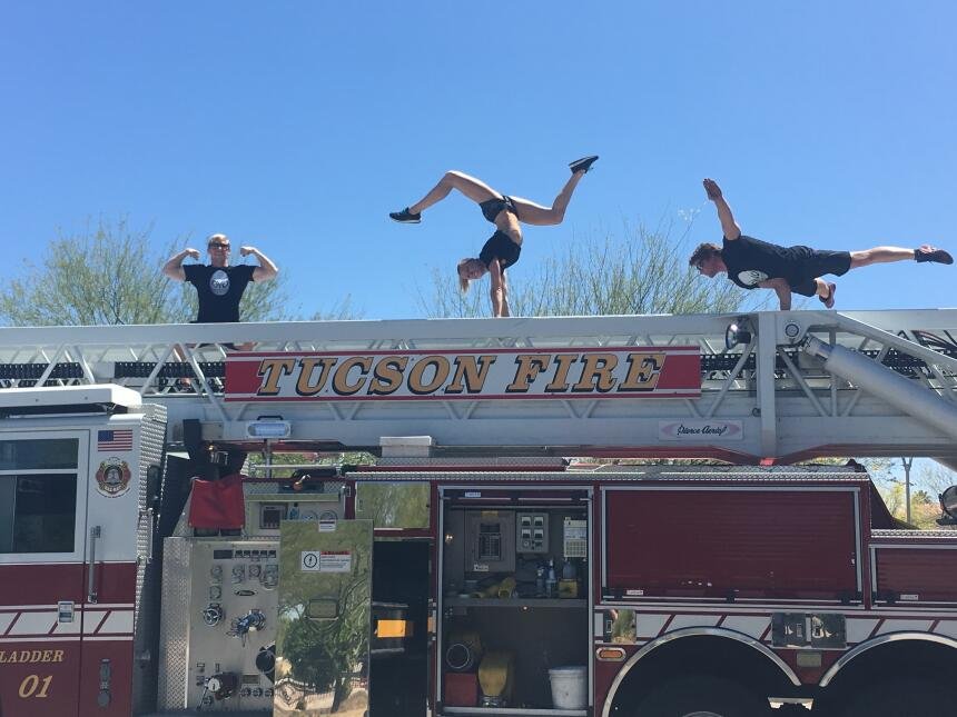 Acróbatas y bomberos se unieron en un reto inusual 4.jpg