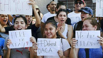 DACA protege de la deportación a cerca de 800,000 jóvenes indocumentados...