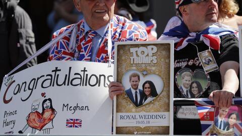 Varias personas asisten al ensayo de la boda real que se celebrar&aacute...