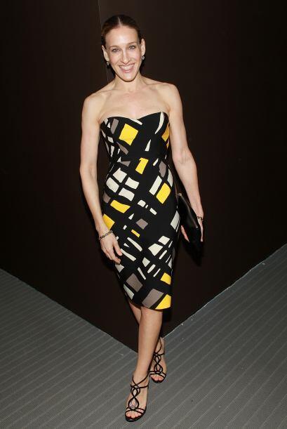 El estampado de este vestido  en combinación con el peinado y el calzado...