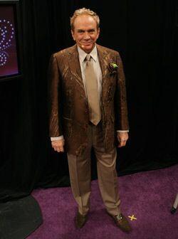 Para esta gala Osmel usó una chaqueta de RecFabric y como accesorio usó...