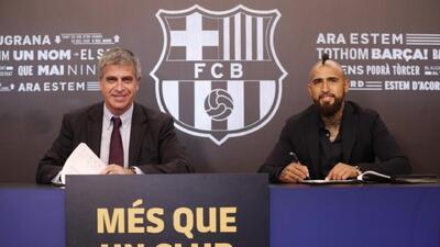 Arturo Vidal ya pasó los exámenes médicos y firmó con el Barcelona