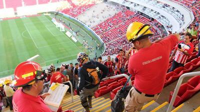 Protección civil sacó a una serpiente del Estadio de Chivas