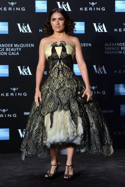 Salma Hayek lució un vestido de la marca con mucho diseño. La actriz ace...