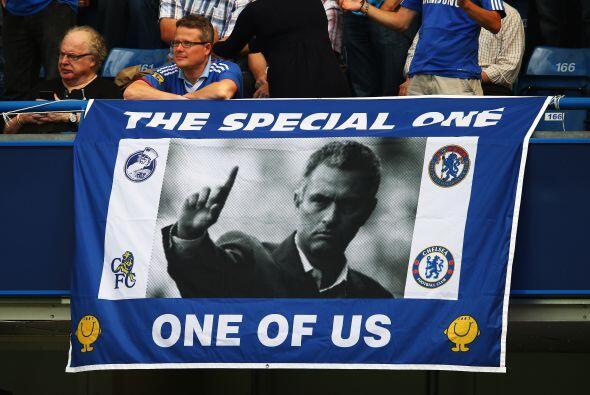 Toda la afición del club se dio cita en Stamford Bridge para recibir com...