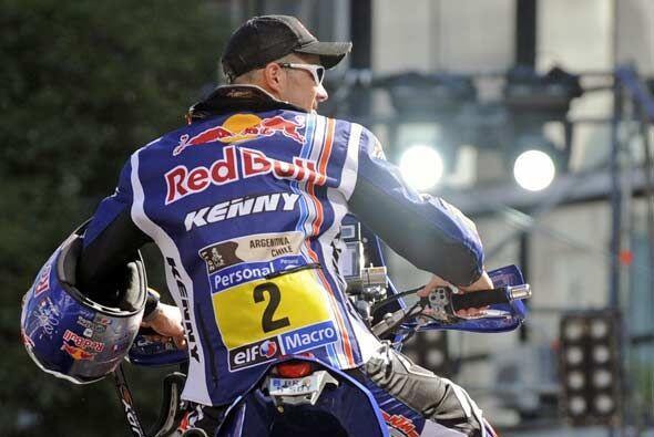 El francés Cyril Despres salió sin el casco puesto para poder saludar a...