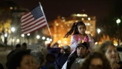 Inmigrantes indocumentados aguardan frente a la Casa Blanca el anuncio d...