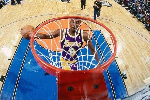 1997 - Kobe Bryant de los Lakers de Los Ángeles se eleva para una volcad...
