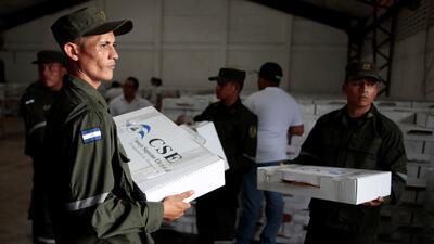 Soldados del ejército nicaragüense transportan material elec...