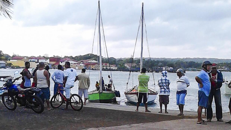 La lancha navegaba entre Corn Island y Little Corn Island.