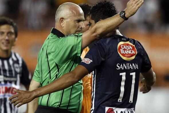 El árbitro expulsa al jugador Sergio Santana del Monterrey y este le hac...