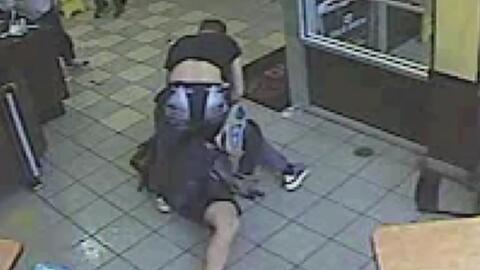 En video, un hombre la emprende a puñetazos contra varias personas en un...