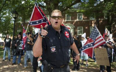 Un miembro del Ku Klux Klan que participó en las manifestaciones...
