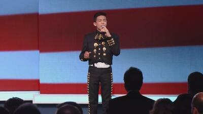 Sebastien de la Cruz canta el himbo para abrir el debate