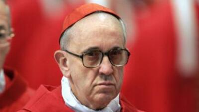 El cardenal argentino Jorge Mario Bergoglio, electo papa tras la celebra...