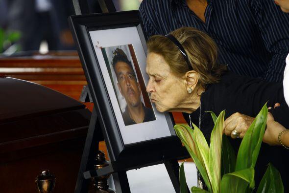 La madre del fallecido oficial Rubén Gerardo Landeros, besa la fotografí...