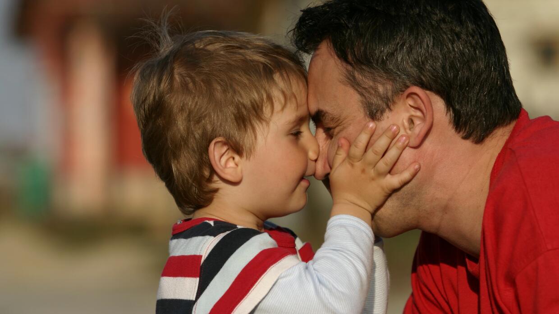 La relación de padre e hijo se complica por la necesidad de negociar la...