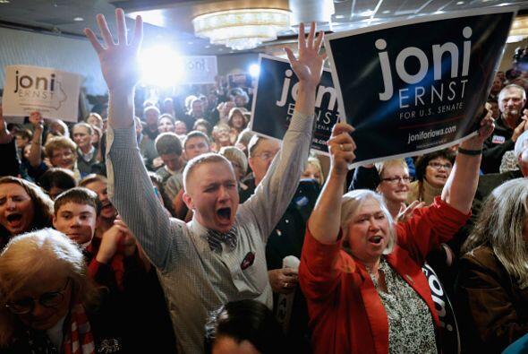 Partidarios de la republicana Joni Ernst, quien ganó un escaño por el Se...