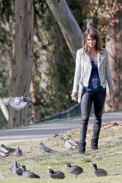 Halle Berry muy atenta a su retoño.