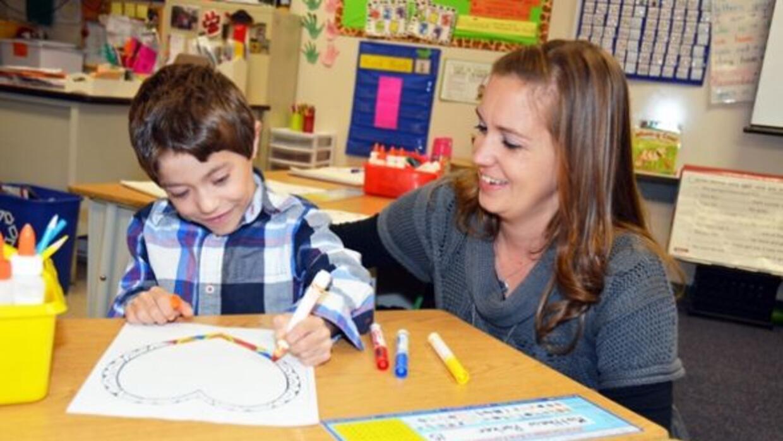 La maestra Lindsey Painter y el pequeño Matthew Parker. (**Foto: Comal I...
