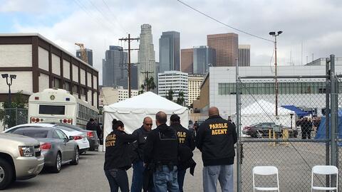 Agentes ingresan a un centro en Los Ángeles que se usó par...