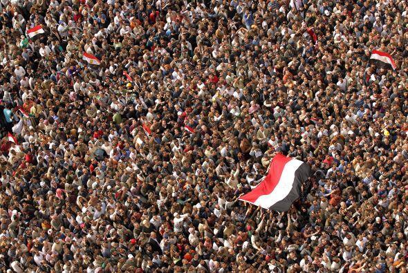 La plaza mayor de El Cairo se llena cada día con miles de manifestantes...