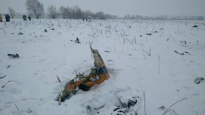 En fotos: los restos del avión que se estrelló cerca de Moscú están enterrados en la nieve