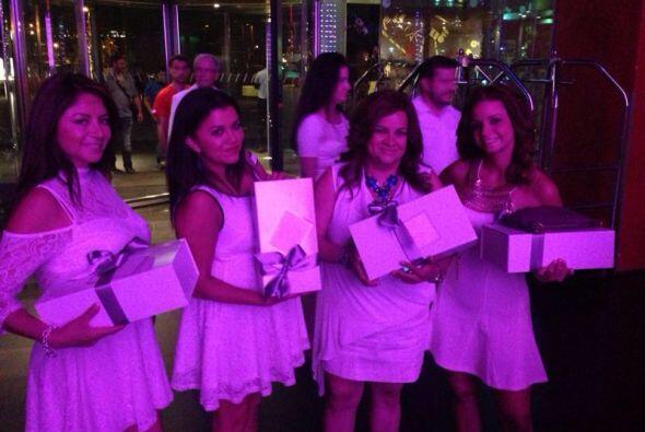 Las invitadas, todas vestidas de blanco y luciendo los obsequios de que...