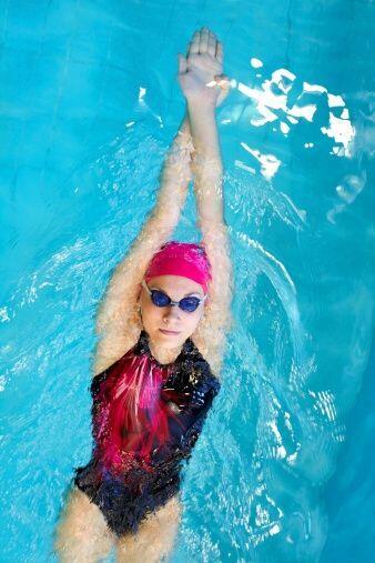 La natación es una manera estupenda y muy divertida de bajar de p...