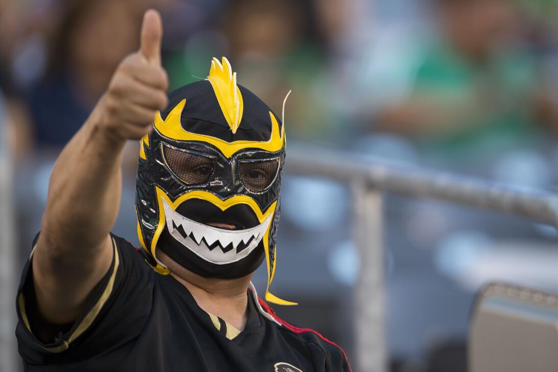 Cuernos, máscaras de lucha libre, maquillaje, banderas y disfraces fue s...