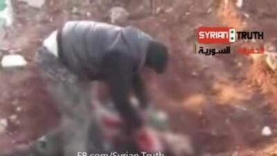 Imagen tomada del video donde un hombre arranca el corazón de un soldado...