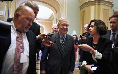 El líder de la mayoría en el Senado Mitch McConnell sale d...