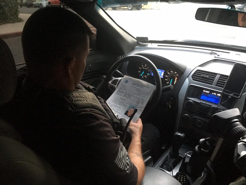 Carlos, el primer objetivo de la operación, ha sido vigilado por ICE des...