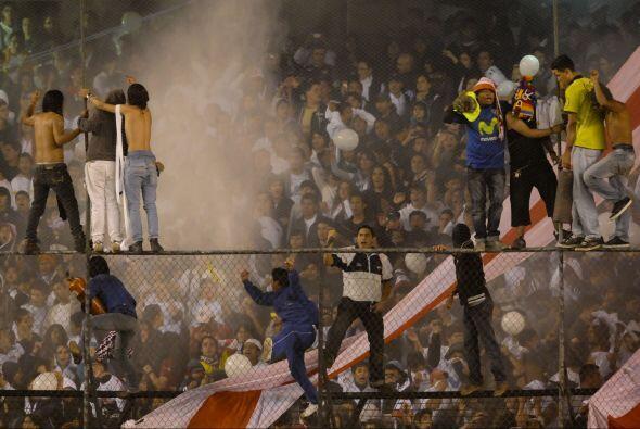 Los hinchas de Liga de Quito se muestran desafiantes en la imagen. Ocurr...