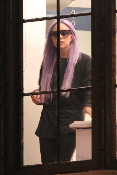 No crean que ella fue la que se tiñó el cabello, la actriz fue a un saló...