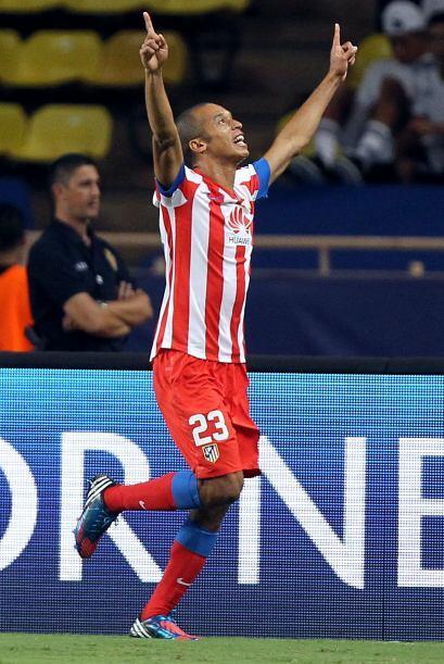 Le sigue un defensa brasileño, João Miranda del Atlético de Madrid.
