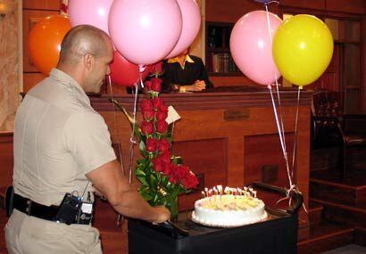 En plena grabación del programa, Rey sorprendió a la jueza con flores, t...