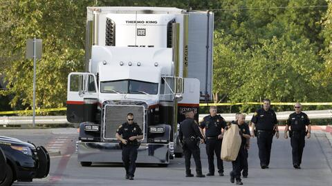 Agentes de la Policía de San Antonio investigan la escena donde f...