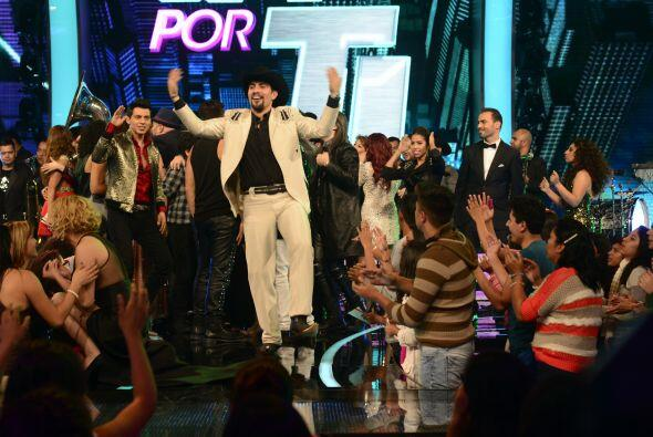 El show terminó con los concursantes bailando en el escenario. &i...