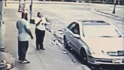 En video: Conductor se enfrenta a golpes con una agente de estacionamiento que le impuso una multa
