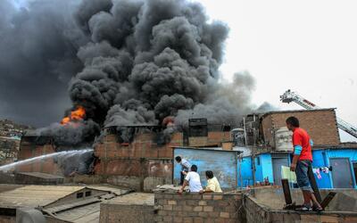 Cientos de bomberos voluntarios combaten desde el jueves un gran incendi...