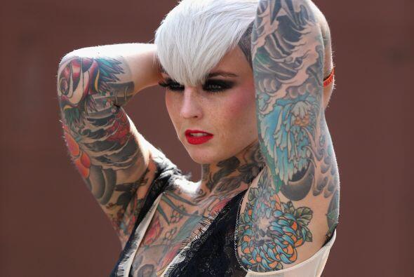 Una modelo tatuada posa para los fotógrafos en la octava Convención  de...