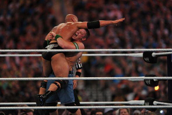 John Cena también aprovechó su fuerza para practicar diferentes estrangu...