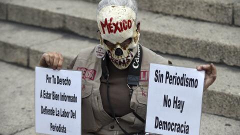 Un hombre se manifiesta para exigir justicia para los periodistas asesin...