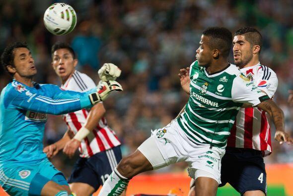 A lo largo del partido Luis Michel fue la figura de Chivas, ya que lo sa...