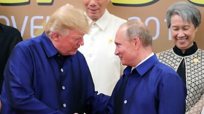 Trump y Putin se saludan vestidos con la misma 'camisa tonta', ¿por qué?