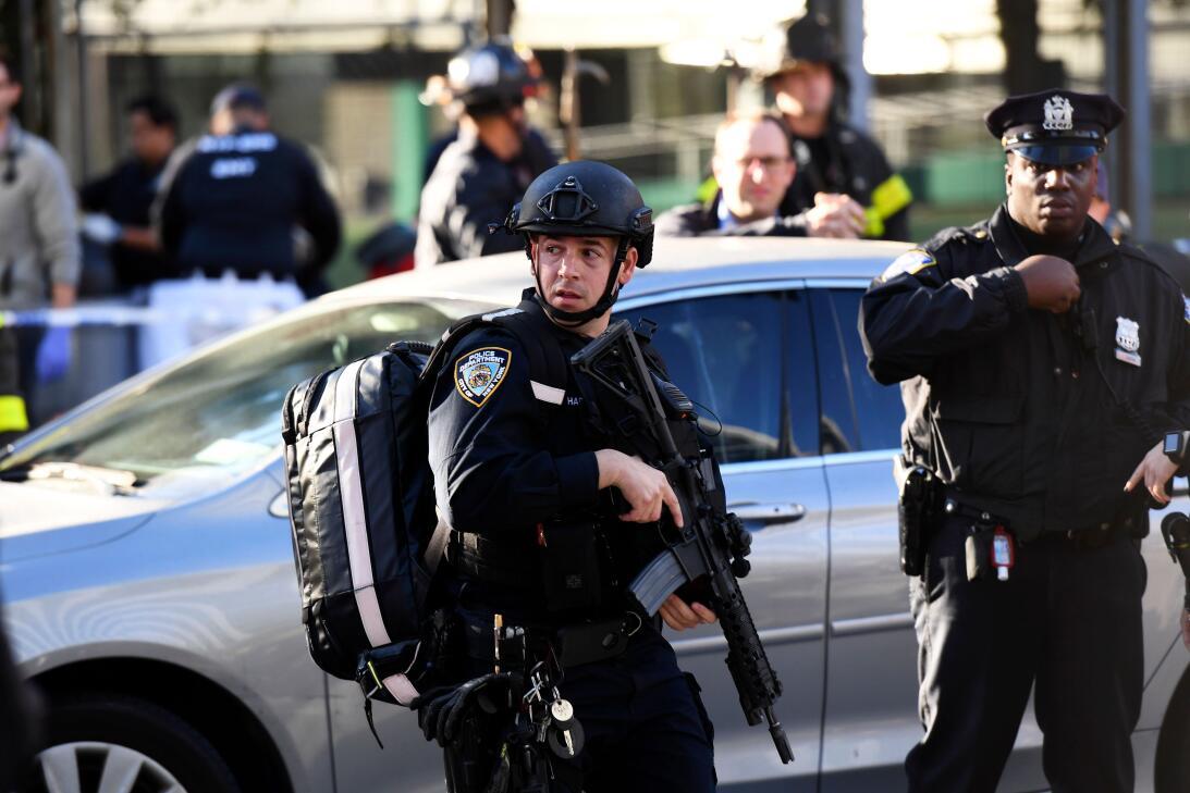 Policías con armas largas y equipos de emergencia presentes en el lugar.