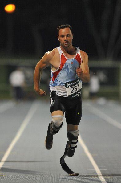 Pistorius, quien corre con ayuda de una prótesis, logró la marca mínima...