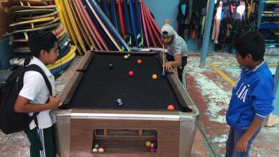 Tres niños juegan billar en el albergue infantil 'La Promesa' ubicado en...
