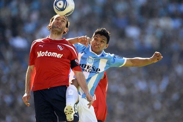 El colombiano Teo Gutiérrez disputa el balón con Diego Milito en el clás...